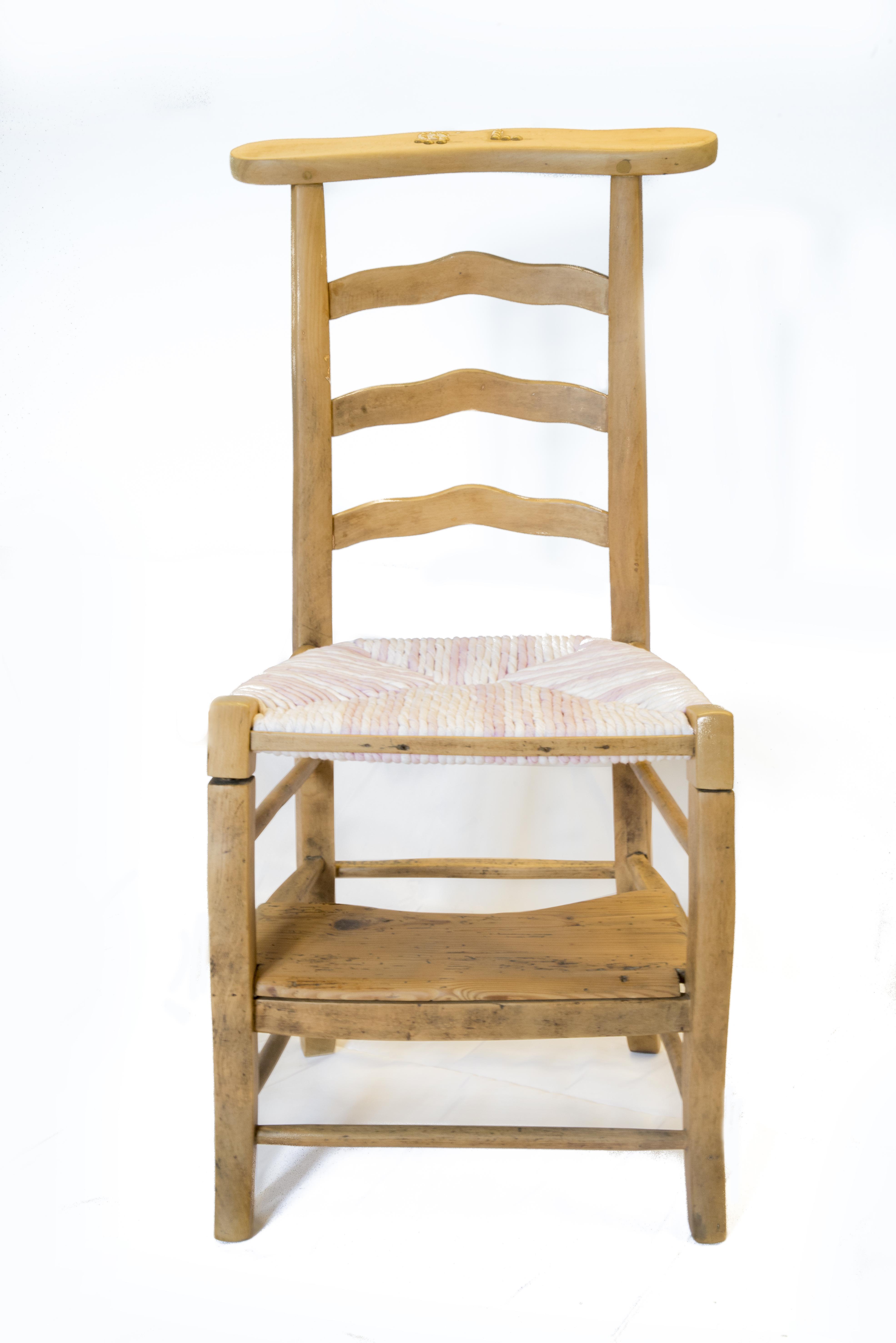 wood is folies prie dieu madame restaration relooking rempaillage ent torons de tissus blanc rose bois massif finition mat vue de face canteleu rouen normandie