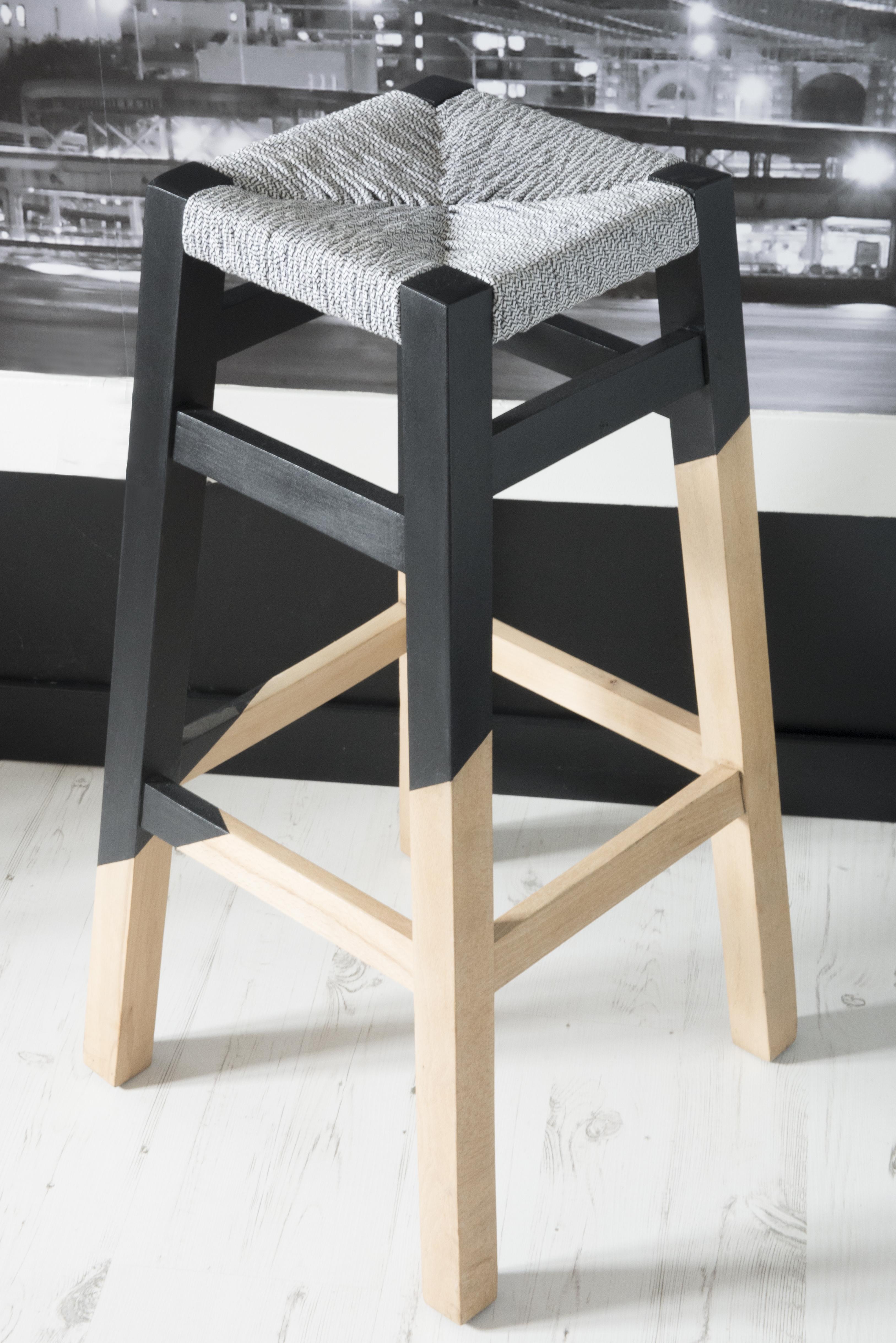wood is folies tabouret geometrique rempaillage en torons de tissus peinture assymetrique noir finition cirée canteleu rouen normandie