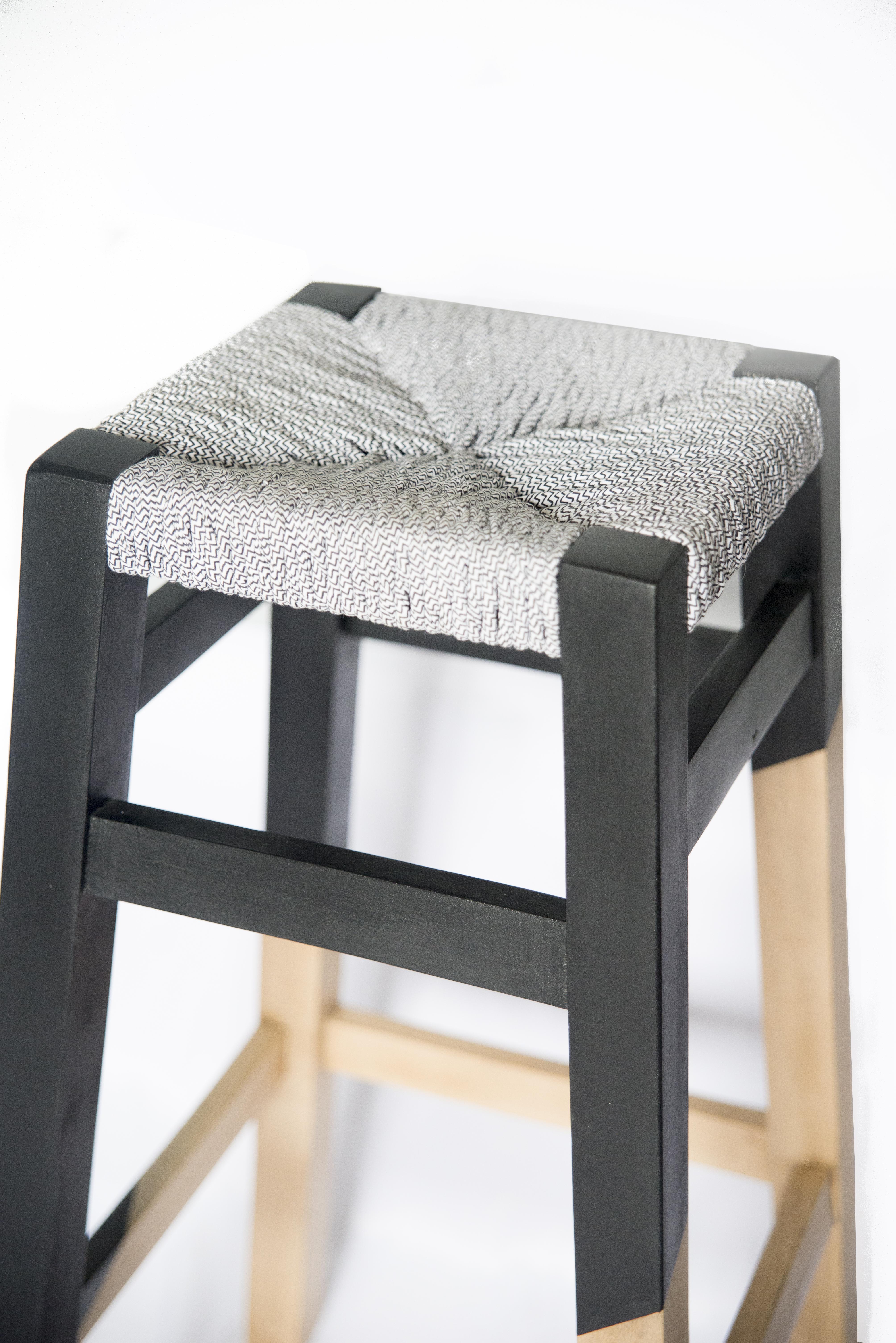 wood is folies tabouret geometrique rempaillage en torons de tissus peinture assymetrique noir finition cirée detail du haut du tabouret canteleu rouen normandie