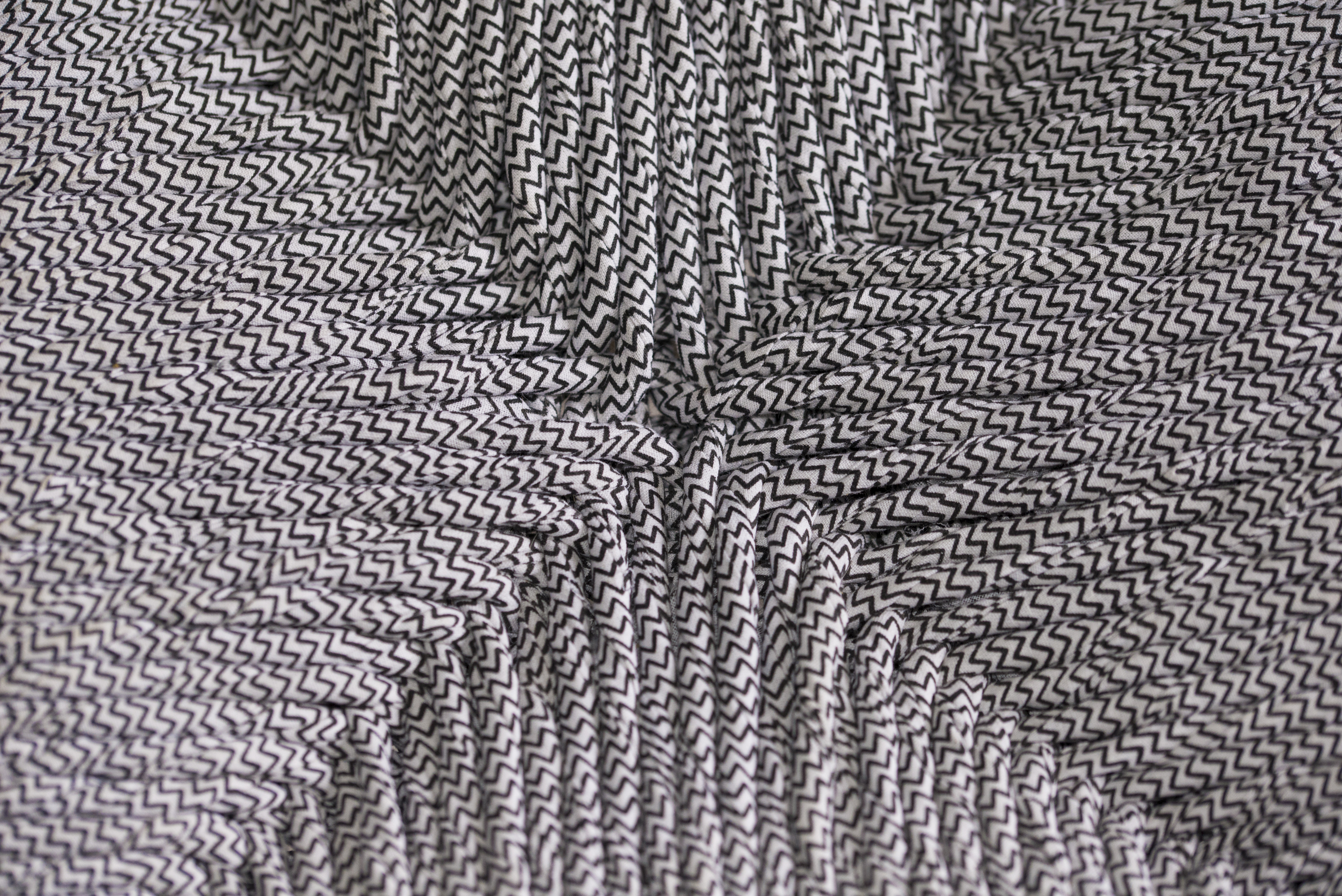 wood is folies tabouret geometrique rempaillage en torons de tissus peinture assymetrique noir finition cirée detail du tressage canteleu rouen normandie