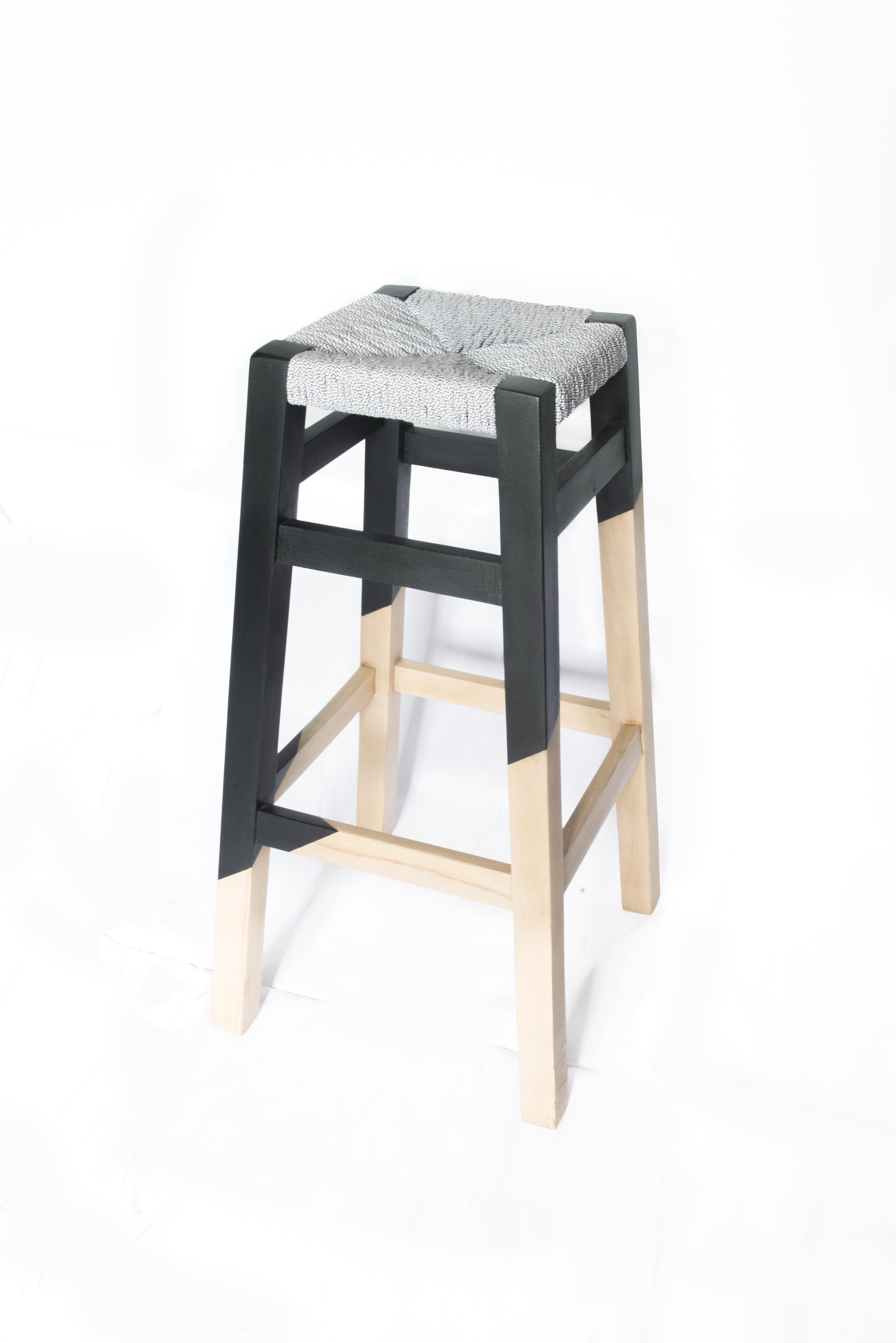 wood is folies tabouret geometrique rempaillage en torons de tissus peinture assymetrique noir finition cirée fond blanc canteleu rouen normandie