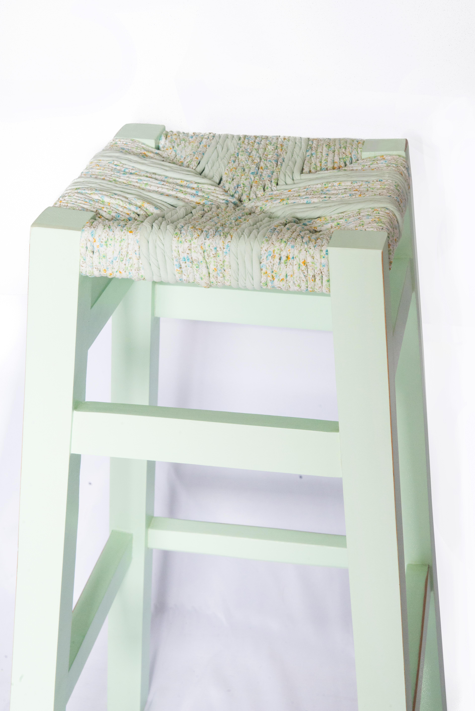 wood is folies tabouret romantique rempaillage en torons de tissus peinture menthe a l eau finition vernis mat detail du haut du tabouret canteleu rouen normandie