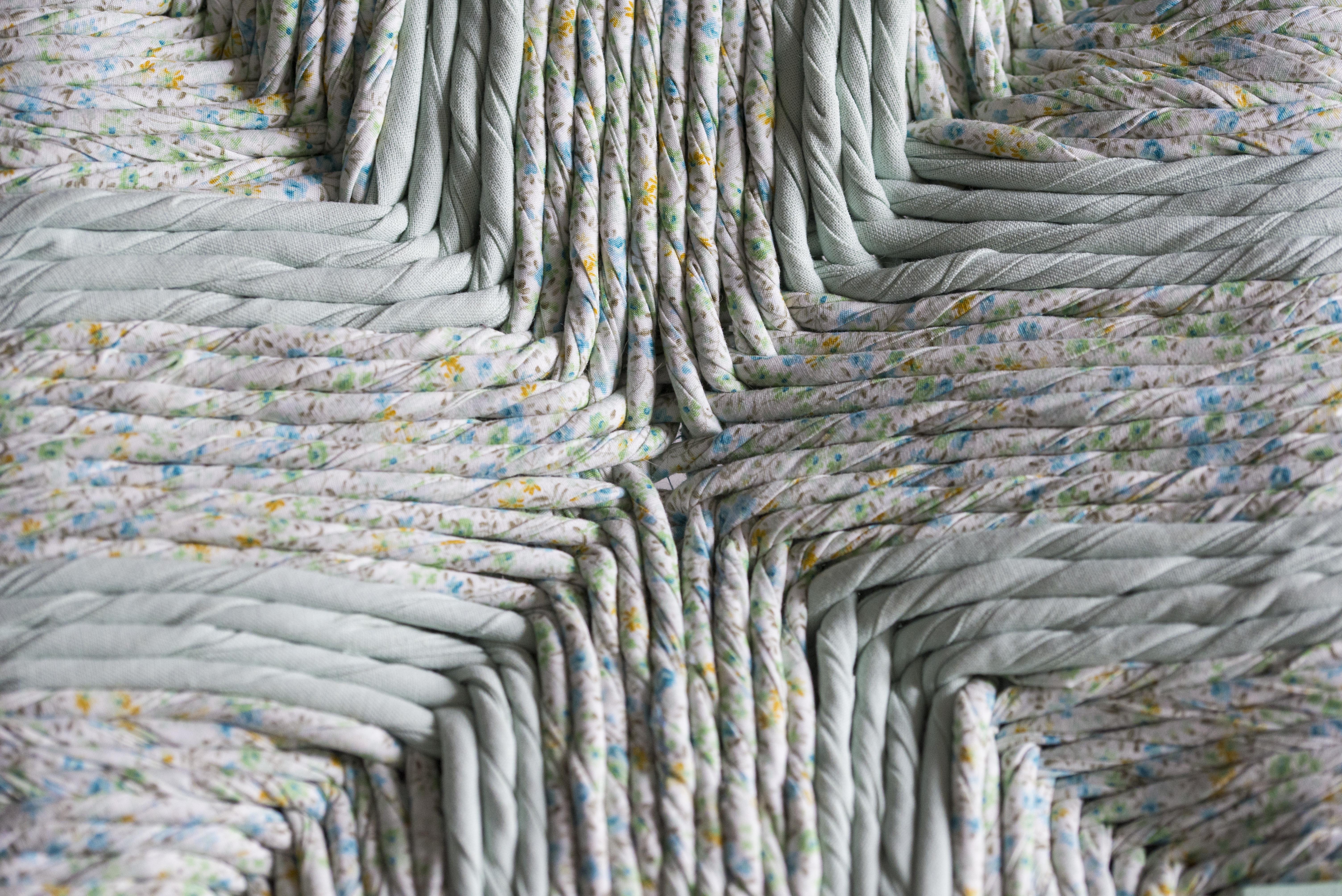 wood is folies tabouret romantique rempaillage en torons de tissus peinture menthe a l eau finition vernis mat detail du tressage canteleu rouen normandie