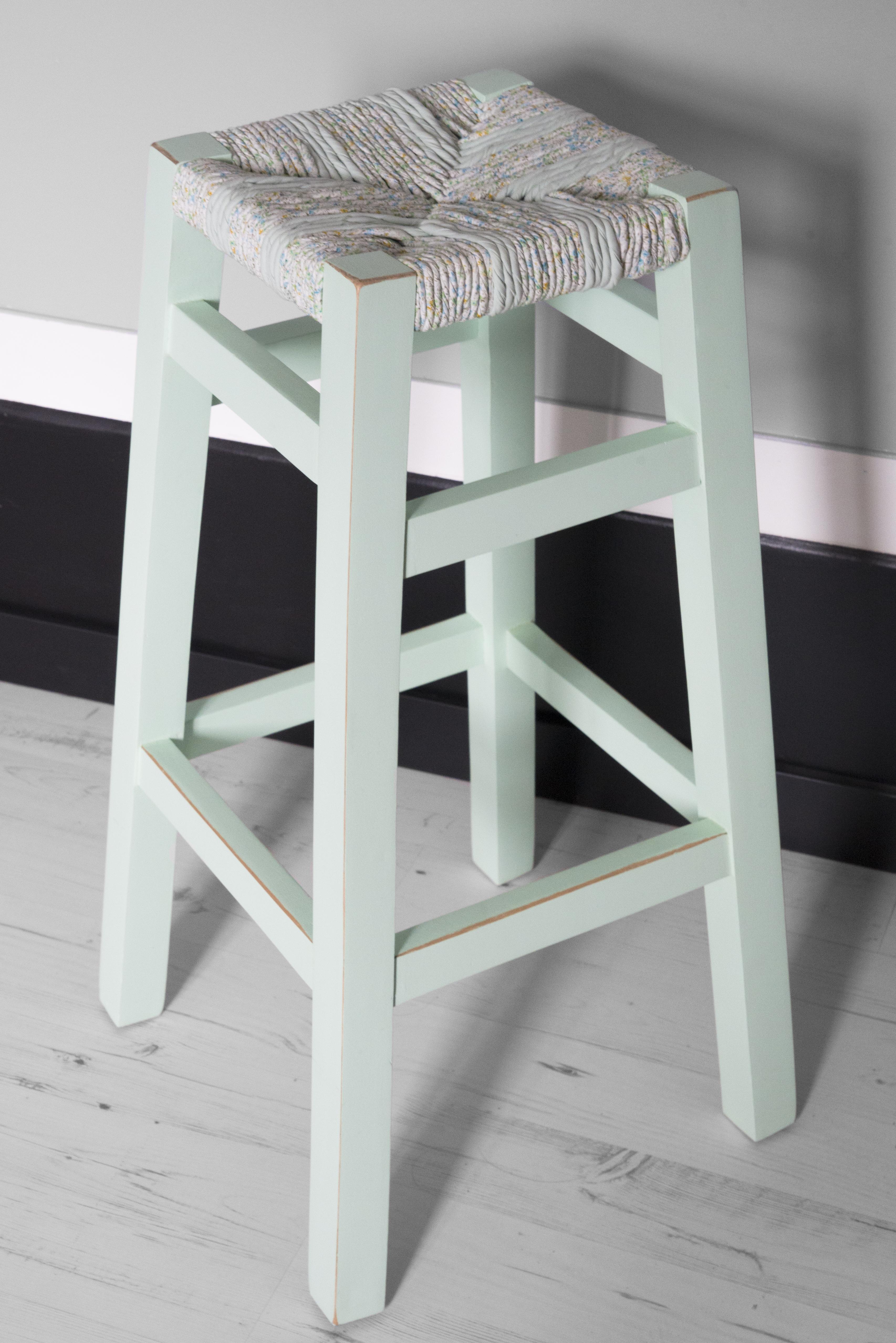 wood is folies tabouret romantique rempaillage en torons de tissus peinture menthe a l eau finition vernis mat vue d'ensemble du tabouret canteleu rouen normandie